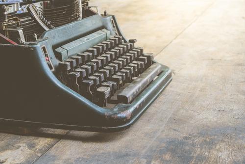 Vintage plaatje van typemachine concept rapport schrijven.